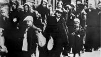 Juden beim abtransport nach auschwitz  ca. 1943 rudolf breslauer nationaal archif.png